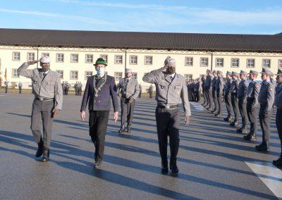 7.Bischofswiesens Bürgermeister Thomas Weber schritt mit BrigKdr Oberst Maik Keller und BtlKdrMartin Sonnenberger die Front ab